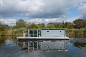 Hausboot PonTOM Adventure Seitenansicht